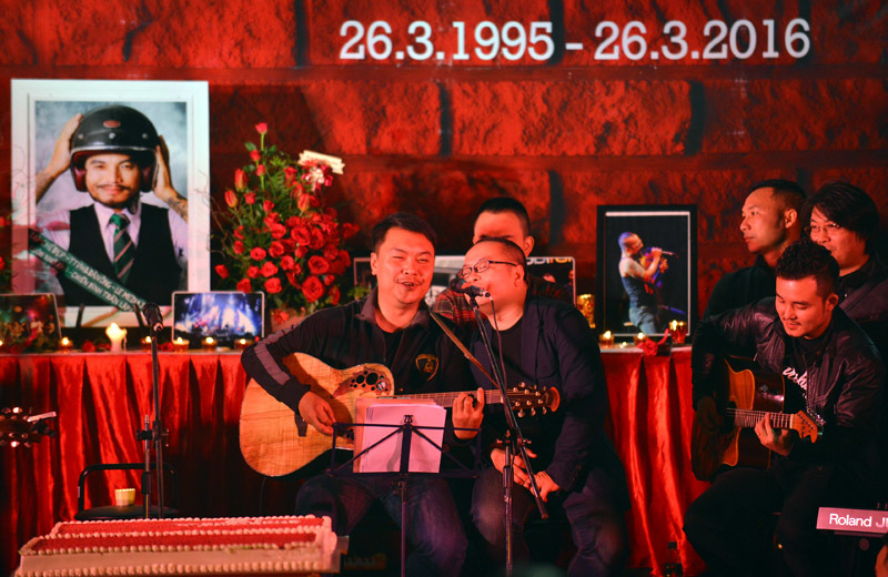 Trần Lập đón sinh nhật Bức Tường từ 'bên kia sườn núi'
