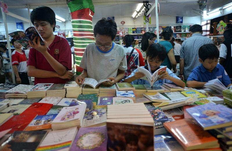 Người Sài Gòn say sưa đọc sách tại hội chợ