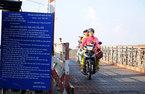 """Nín thở qua cầu sắt """"chờ sập"""" ở Sài Gòn"""