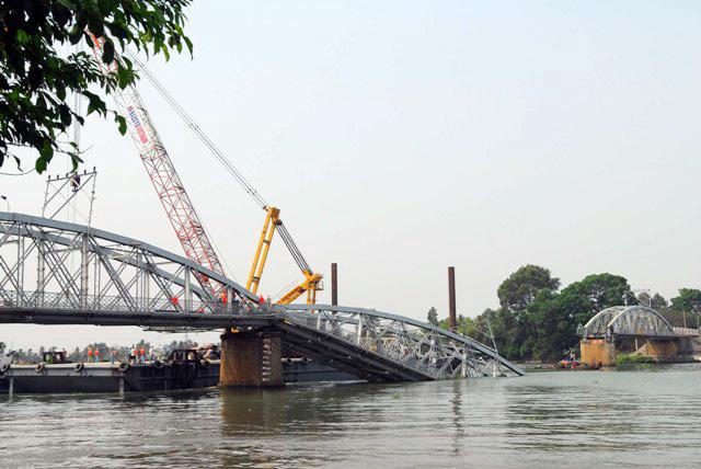 Cẩu nổi lớn nhất VN áp sát trục vớt cầu Ghềnh