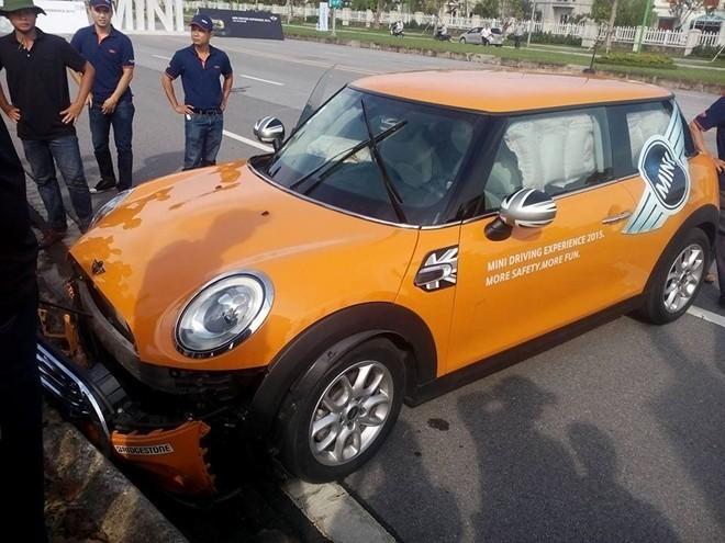 lái thử xe, khách việt lái thử xe, gặp sự cố, đạp nhầm chân ga, xe ô tô mới