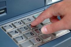 Không rút được tiền, đổ nước ngọt phá hỏng máy ATM