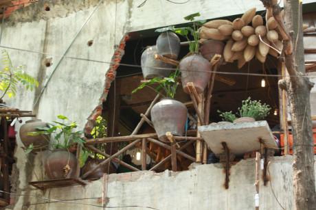 Hà Nội: Rùng mình với cách trang trí quán nhậu kì quái trên phố Thái Hà