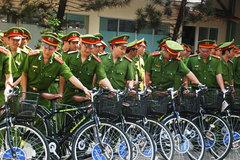 Cảnh sát tuần tra bằng xe đạp ở Sài Gòn
