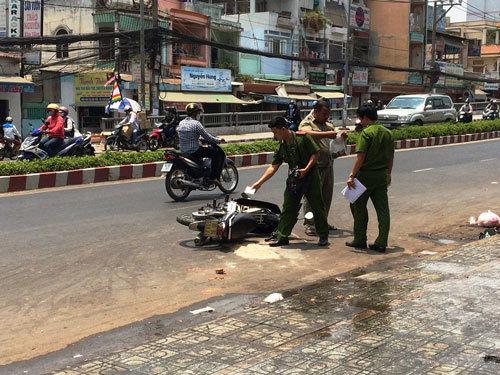 Hai cô gái bị tạt a xít trên phố Sài Gòn