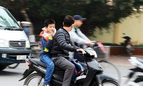 Đầu trần vượt đèn đỏ: Cha mẹ 'đầu độc' con nhỏ