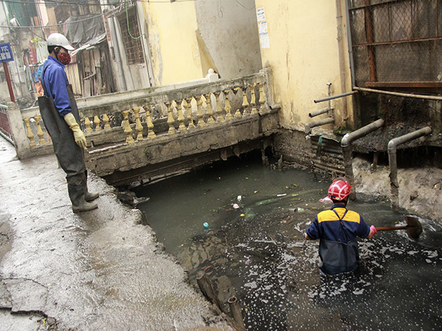 Dân Thủ đô ngập lụt giữa 'bể phốt lộ thiên'