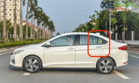 Vì sao luôn có một cửa sổ 'chết' ở hàng ghế sau ô tô?