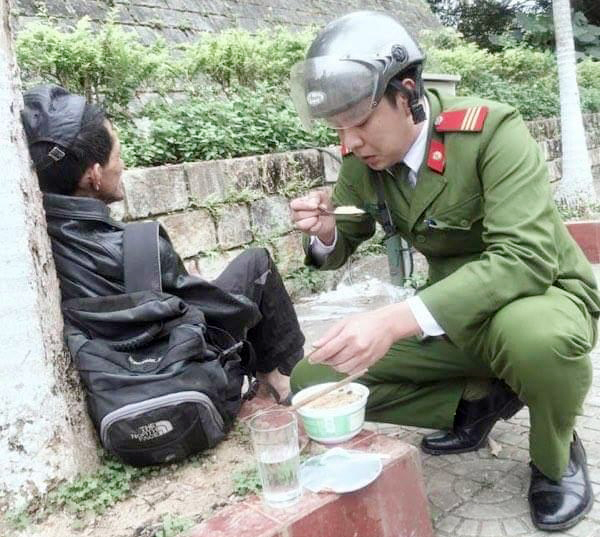 Hành động đẹp của chiến sỹ công an