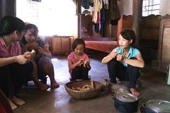 Bữa trưa với cơm và khoai dong ăn kèm của ngôi nhà toàn người khiếm khuyết