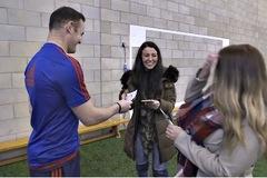 Rooney, Mata và Carrick dùng độc chiêu 'thôi miên' CĐV