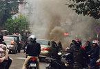 Ô tô bốc cháy ngùn ngụt trên phố Hà Nội