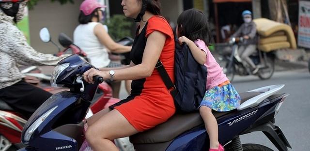 Những lưu ý khi chở trẻ nhỏ bằng xe máy
