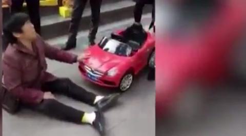 10 clip nóng: Cô gái ra đòn hạ gục kẻ quấy rối