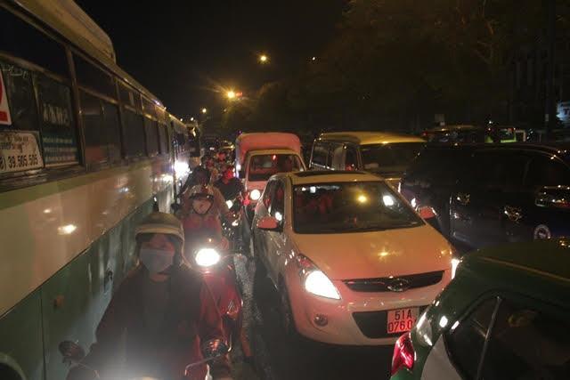 Cửa ngõ Sài Gòn kẹt xe hàng giờ chiều cuối tuần