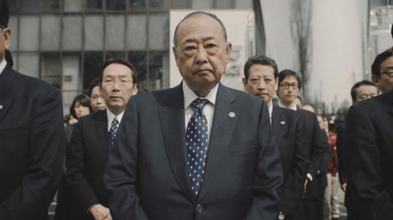 Giám đốc Nhật Bản cúi người xin lỗi khách hàng vì tăng giá kem 2.000 đồng