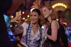 Lan Khuê khoe hình selfie với minh tinh Jessica Chastain ở Singapore