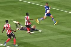 """Video: Bằng chứng trọng tài """"tặng"""" Leicester 3 điểm"""