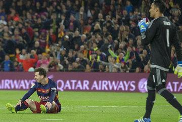 Barca, đứng dậy hay sụp đổ liên hoàn?