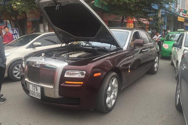"""Rolls-Royce biển """"tứ quý"""" 9 của đại gia Thái Bình chết máy giữa đường"""