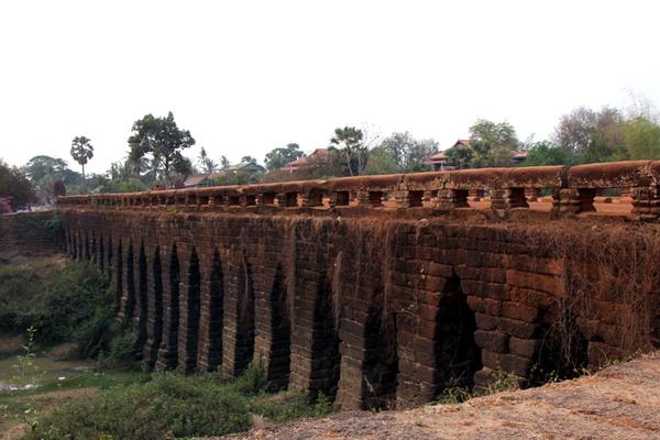 Cầu đá ong nghìn năm tuổi nổi tiếng Campuchia