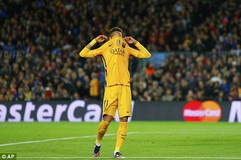 Neymar đánh đầu vọt xà ngang