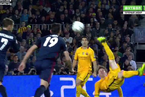 Messi móc bóng đi sạt cột dọc