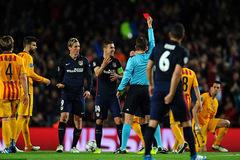"""Người Atletico """"nhảy dựng lên"""" sau thẻ đỏ của Torres"""