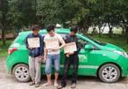 Bị vây bắt, 3 kẻ cướp taxi đâm hung khí vào công an