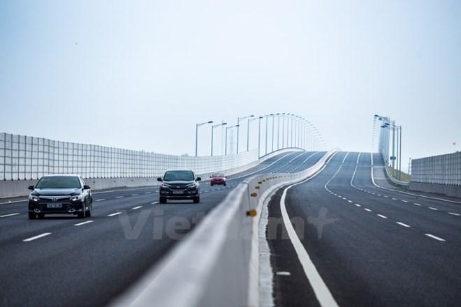 Xe khách cố tình chắn cao tốc Hà Nội - Hải Phòng