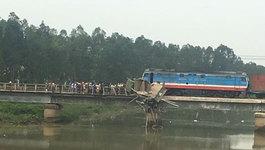 Tàu hỏa đâm xe tải treo lơ lửng trên cầu