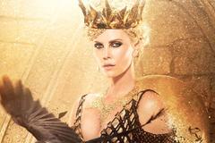 Charlize Theron mặc áo nạm vàng nặng 23kg