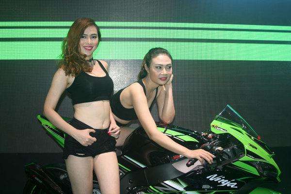 Hoa mắt với dàn người mẫu khoe chân dài bên xe máy