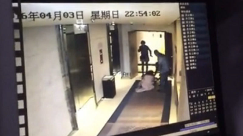 TQ, Trung Quốc, clip, cô gái, hành hạ, tấn công, túm vồ, khách sạn, rúng động
