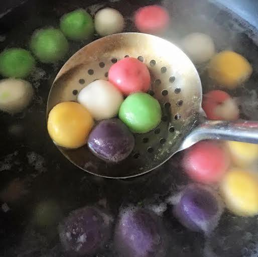 Mê mẩn những mâm bánh trôi bảy sắc cúng Tết Hàn thực