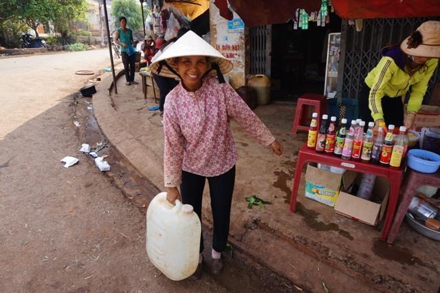 Đi hàng km chắt từng chai nước suối