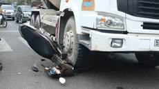 3 người thoát chết hy hữu khi xe bồn cán xe máy chổng vó