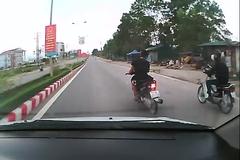 'Dân chơi' tạt đầu đánh võng xe máy trên đường