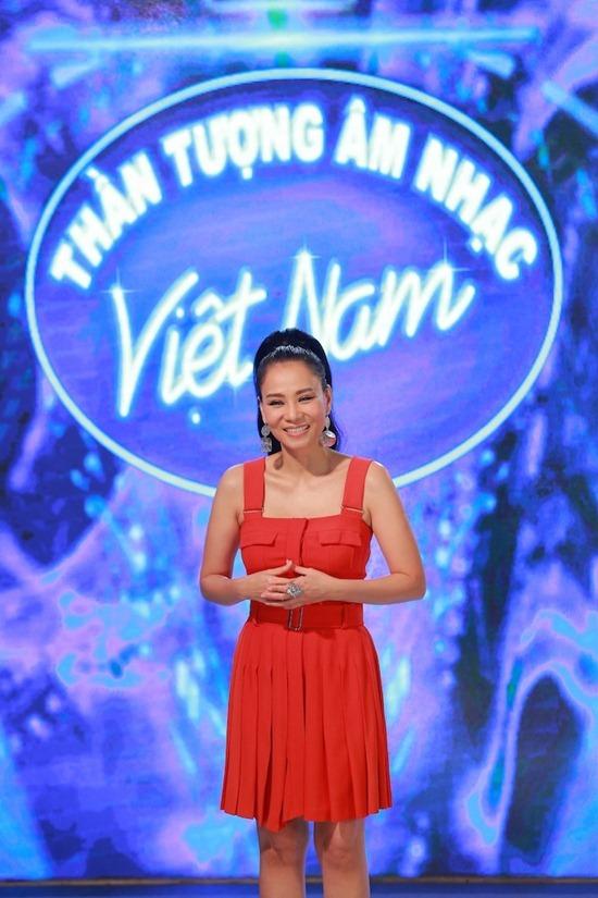 Thu Minh rạng rỡ chấm thi Idol sau lùm xùm đất đai