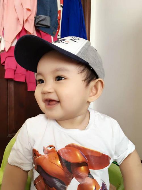 Con trai Khánh Thi toe toét 'selfie' cùng Hoài Linh