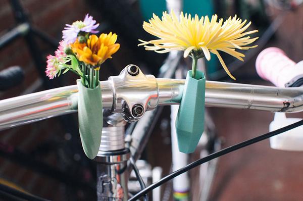 Gần triệu đồng chậu hoa 'con con' treo xe đạp