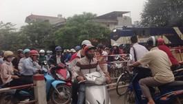 Tàu hỏa phanh gấp nhường đường cho xe máy
