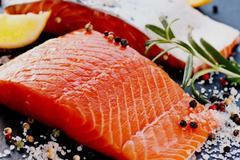 Cá hồi nuôi và cá hồi tự nhiên: loại nào mới thực sự tốt?