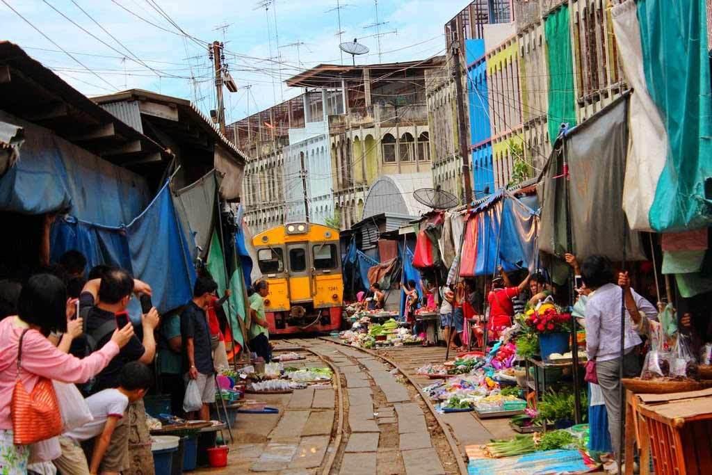 Hình ảnh khu chợ đặc biệt ngay trên đường tàu