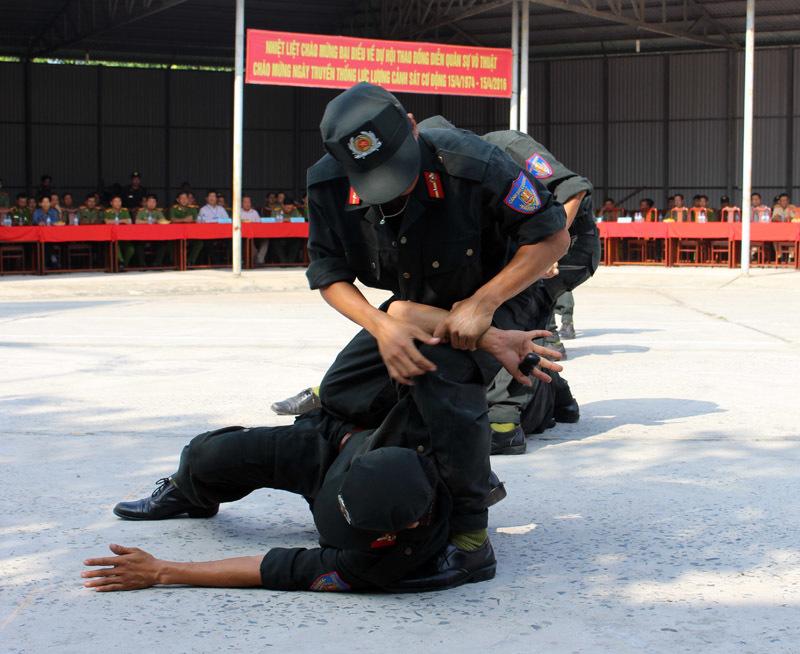 Xem cảnh sát cơ động biểu diễn sức mạnh 'mình đồng da sắt'