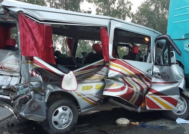 Tông xe liên hoàn, phá cửa đưa 11 người bị nạn đi cấp cứu