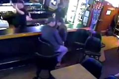 Cặp đôi bình thản hôn nhau khi vụ cướp đang xảy ra