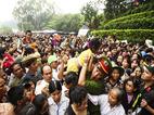 Cảnh sát giải cứu trẻ nhỏ trong biển người ở Đền Hùng