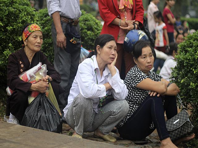 Bơ phờ ở Đền Hùng: 'Đừng đẩy nữa, sắp chết ngạt rồi'