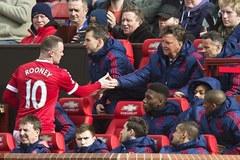 """Bị thay ra, Rooney """"nổi điên"""" với Van Gaal"""